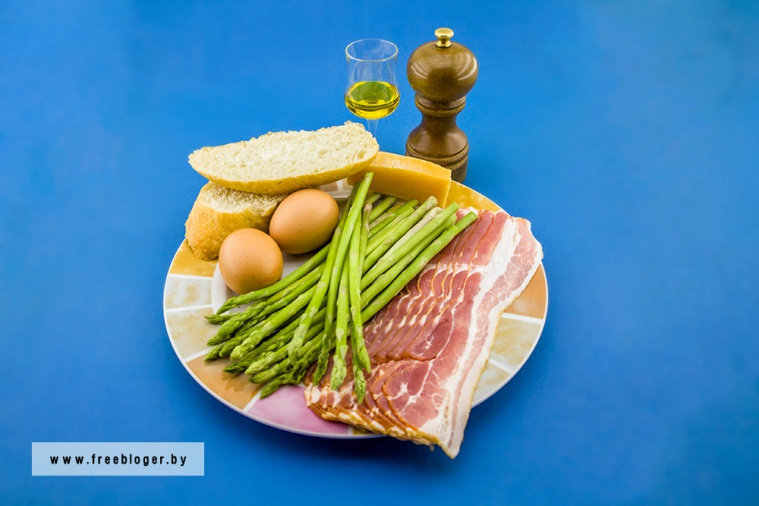 Спаржа в беконе с яйцом пашот на завтрак