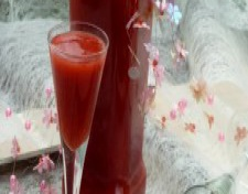 Клубничный ликер или Баловство с алкоголем, сиропом и ягодами.