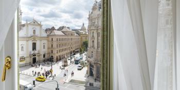 Парижский двор/Párizsi Udvar сияет великолепием